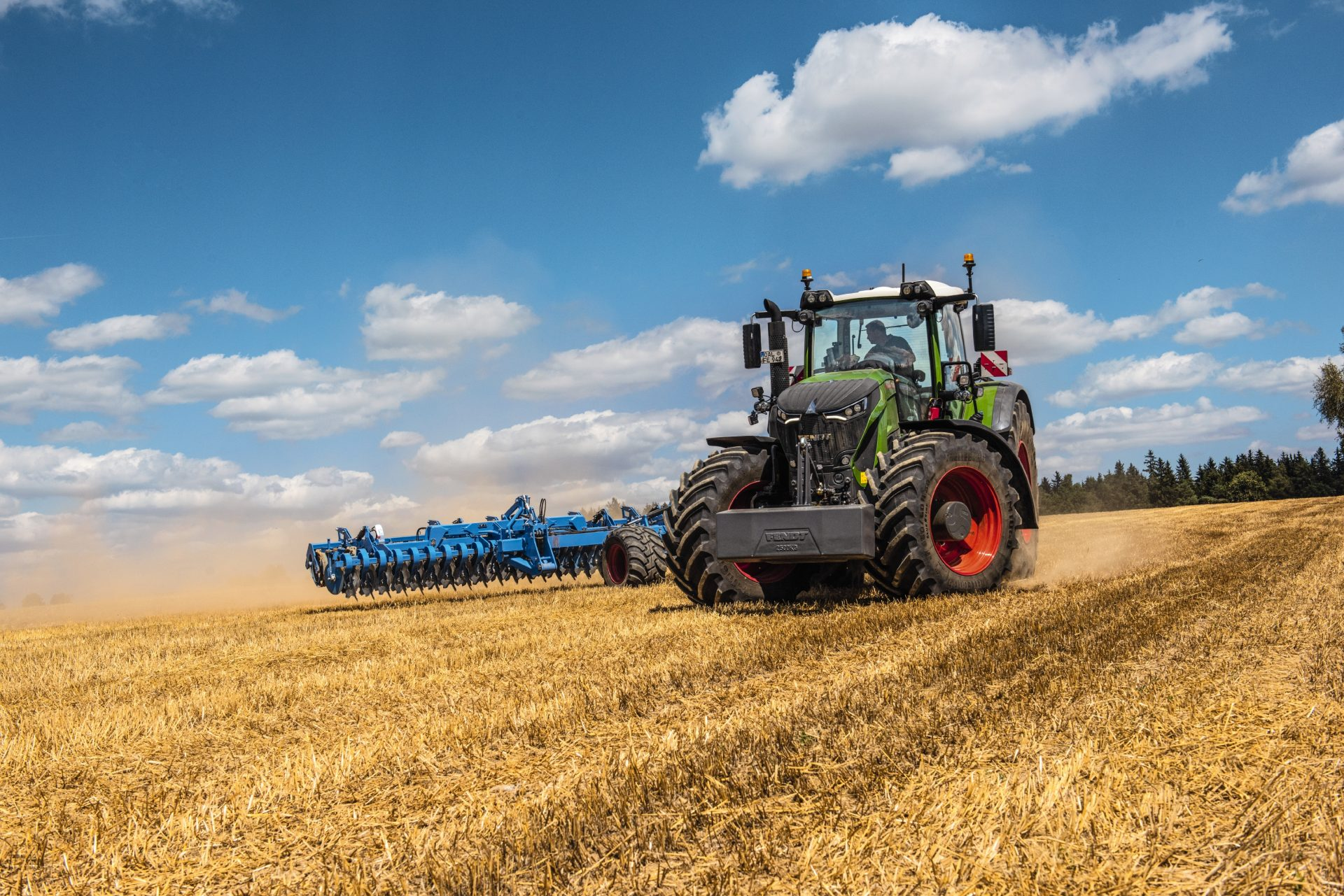 Tractor Fendt 930 Vario Power in functiune pe camp