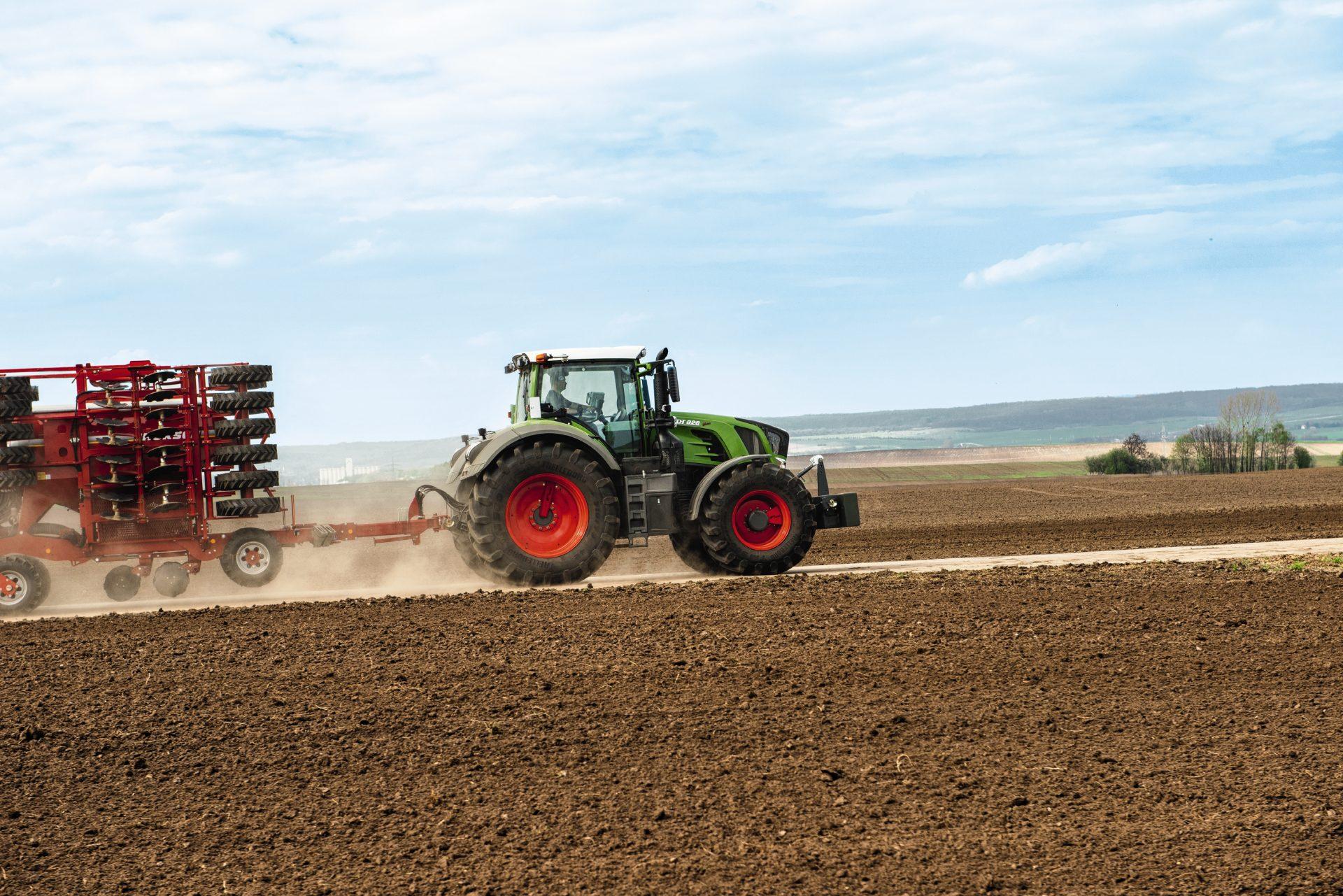 Tractor Fendt 828 Vario Power in functiune