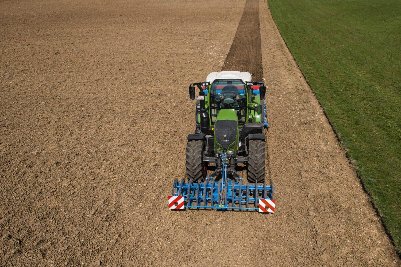 Tractor Fendt 714 Vario Profi in functiune pe teren arat