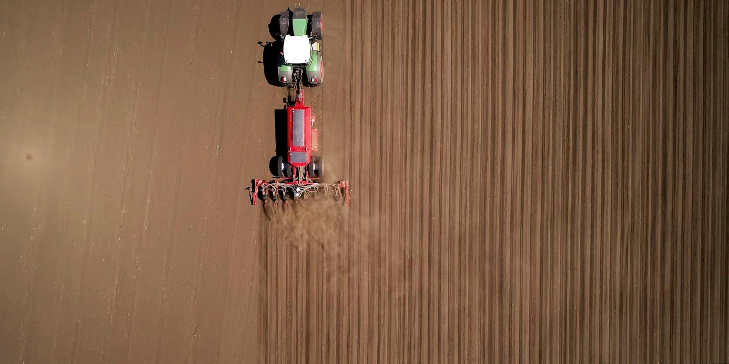 Semănătoare Horsch Maestro 8 CX si tractor fotografiate de deasupra cu drona