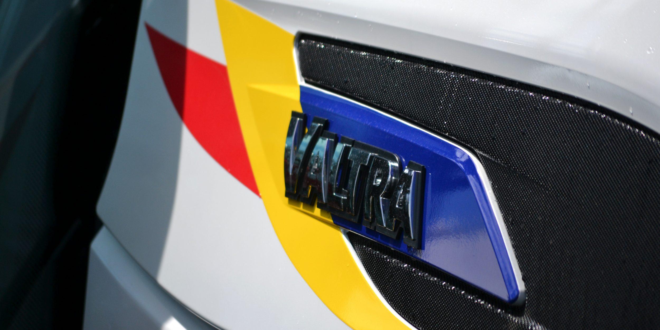Sigla Tractor Valtra T 144 Direct cu tricolor fotografiata de aproape