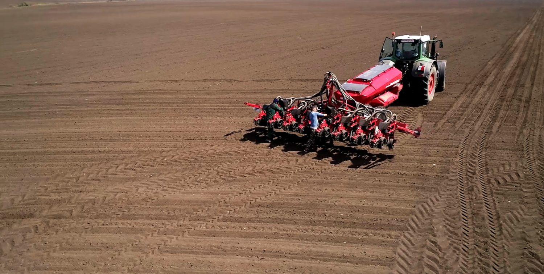 Semănătoare Horsch Maestro 8 CX pe camp arabil atasata la tractor