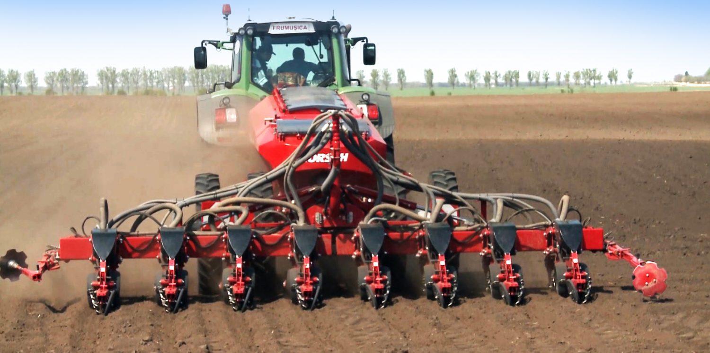 Semănătoare Horsch Maestro 8 CX cu tractor in functiune pe camp arabil