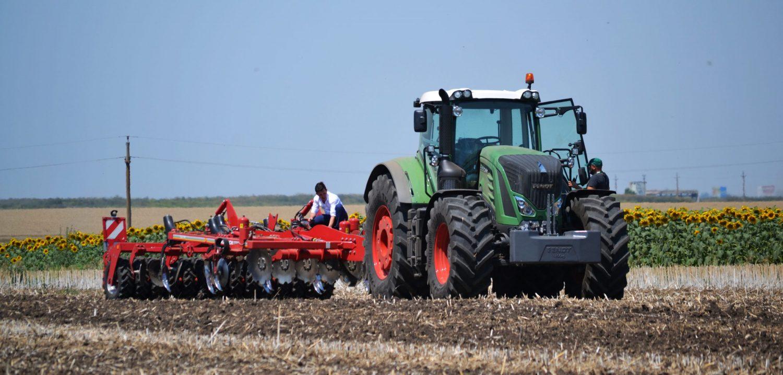 Cultivator Horsch Tiger si tractor marca Fendt pe suprafata arabila
