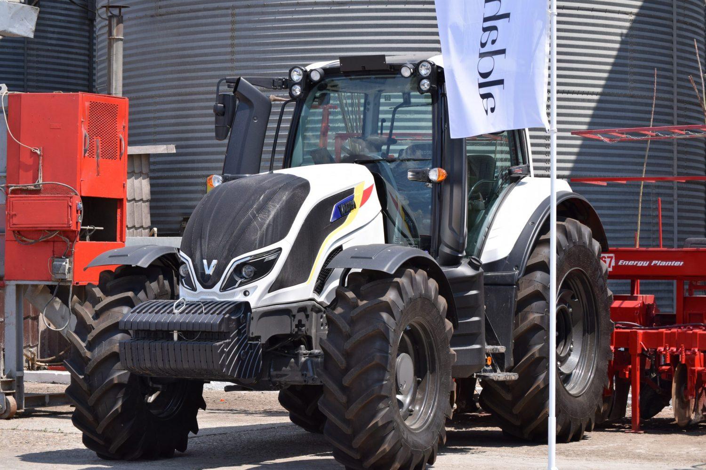 Tractor Valtra T 144 Direct Romanian Edition cu tricolor inscriptionat