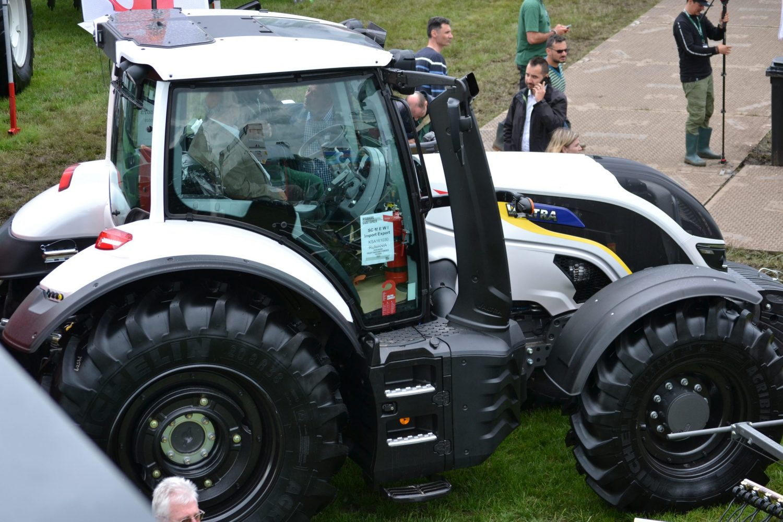Tractor Valtra T 144 Direct (cu SmartTouch) editie limitata cu tricolor, expus la targul Agriplanta RomAgroTec 2019
